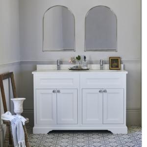 Fristående tvättställskåp med dörrar 130 cm